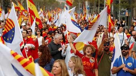 Manifestantes gritan consignas durante el Día Nacional de España en Barcelona (España), el 12 de octubre de 2017.