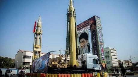 Una pantalla con misiles y un retrato del líder supremo de Irán, el ayatolá Alí Jameneí, en Teherán (Irán), el 27 de septiembre de 2017.