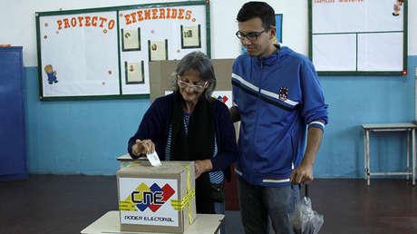 Una mujer deposita su voto en un colegio electoral en Rubio, Venezuela, en las elecciones de gobernadores, el 15 de octubre de 2017.