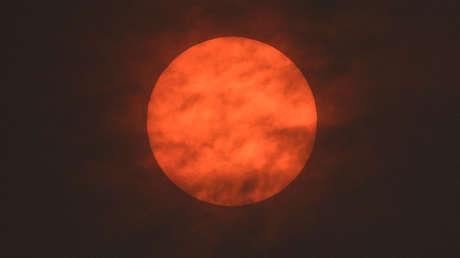 El sol, con un tono rojizo, visto después del amanecer Exeter, Reino Unido, el 16 de octubre de 2017.