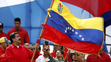 Nicolás Maduro agita una bandera durante el cierre de campaña previo a elección de la Asamblea Constituyente en Caracas, el 27 de julio de 2017.