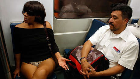 """Una mujer sin pantalones se sienta en un tren subterráneo durante el """"No Pants Subway Ride"""" de la Ciudad de México, el 12 de enero de 2014."""