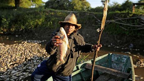 Un pescador en el río Confuso, Villa Hayes, Paraguay, el 15 de octubre de 2017.