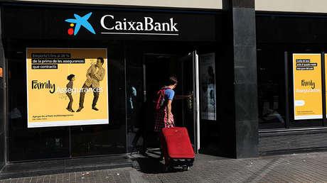 Exterior de un cajero de CaixaBank, que ha cambiado su domicilio social a Valencia por la incertidumbre en Cataluña