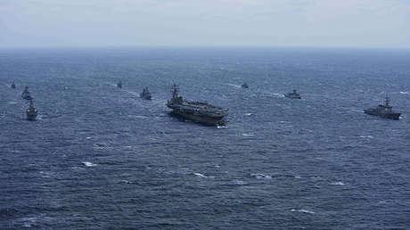 El portaviones USS Ronald Reagan y el destructor USS Stethem junto a los barcos de la Armada de la República de Corea en las aguas al este de la península coreana, el 18 de octubre de 2017.