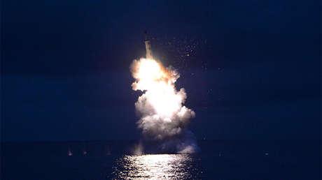 Foto desde una prueba norcoreana de un misil balístico para submarinos, agosto del 2016.