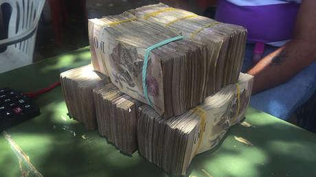 Boívares (la moneda de Venezuela) en la mesa de un operador de divisas en la ciudad fronteriza de Maicao, Colombia, el 18 de agosto de 2015.