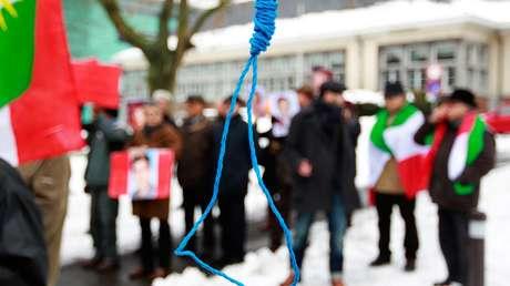 Exiliados iraníes gritan consignas frente a una horca falsa para protestar contra las ejecuciones del país persa, durante una manifestación frente a la embajada de Irán en Bruselas, Bélgica, el 29 de diciembre de 2010.