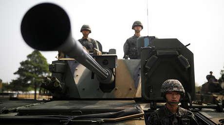 Soldados surcoreanos en vehículos armados durante la celebración del 69 aniversario de las Fuerzas Armadas en Pyeongtaek, Corea del Sur, 25 sept. 2017.
