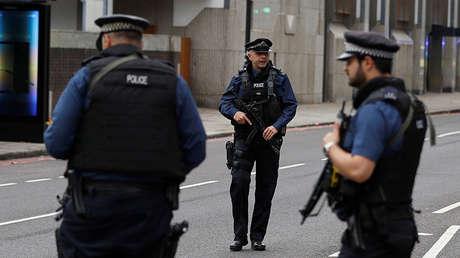 Tres policías cerca del Museo de Historia Natural, Londres, Reino Unido.