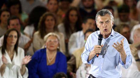 El presidente argentino, Mauricio Macri, habla frente a la gobernadora de la provincia de Buenos Aires, María Eugenia Vidal, y la candidata a diputada por la capital, Elisa Carrió, durante un mitin de campaña antes de las elecciones legislativas del 22 de octubre de 2017.