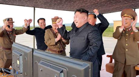 El líder de Corea del Norte, Kim Jong-un, durante el lanzamiento de un misil balístico, el 16 de septiembre de 2017.