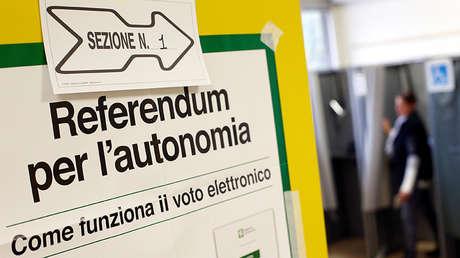 Un cartel con instrucciones sobre el referéndum de Lombardía en una mesa de votación en Lozza, Italia, 22 de octubre de 2017.