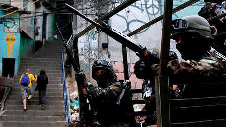Fuerzas Armadas de Brasil realizan operativos de vigilancia en la favela Rocinha en Río de Janeiro.