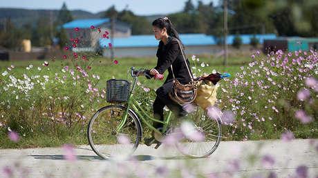 Una joven en la ciudad norcoreana de Wonsan