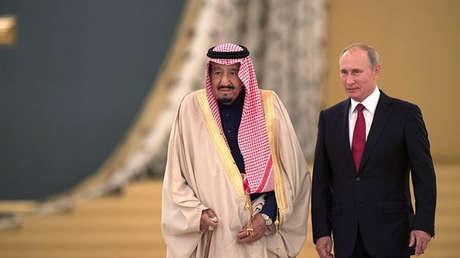 El rey saudí Salmán ben Abdelaziz al Saúd y el presidente ruso, Vladímir Putin, durante su encuentro en Moscú. 5 de octubre de 2017.