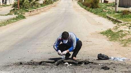 Un hombre colecciona muestras en Jan Sheijun, provincia siria de Idlib. 5 de abril de 2017.