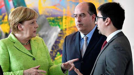 Angela Merkel con Julio Andrés Borges y Freddy Guevara en Berlín el 6 de septiembre de 2017.