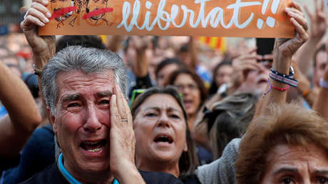 Gente reunida en la plaza de San Jaume, en Barcelona, después de la declaración de independencia de Cataluña.