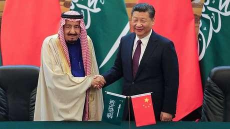 El presidente chino Xi Jinping (derecha) y el rey saudita Salmán bin Abdulaziz, el 16 de marzo de 2017.