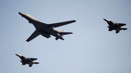 Un bombardero de la Fuerza Aérea de EE.UU. sobrevuela la base de Osan, Corea del Sur, 13 de septiembre de 2016.
