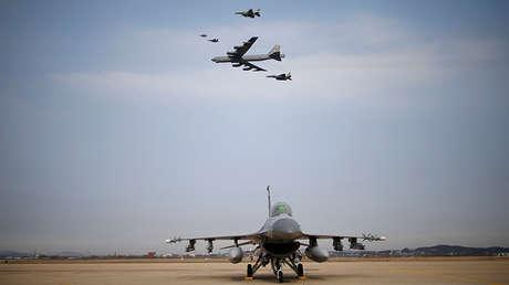 Bombardero estratégico B-52 sobre la base aérea surcoreana Osan.