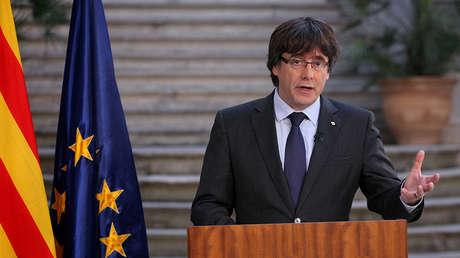 El destituido presidente de la Generalitat Carles Puigdemont hace una declaración el día después de que el parlamento regional catalán declarara su independencia de España en Girona, España, el 28 de octubre de 2017.