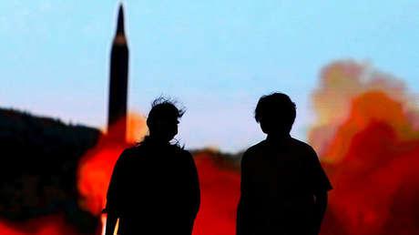 Dos personas ven noticias sobre Corea del Norte en Tokio, Japón, 10 de agosto de 2017.