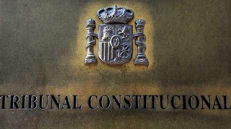 Placa de la entrada del edificio del Tribunal Constitucional de España en Madrid.