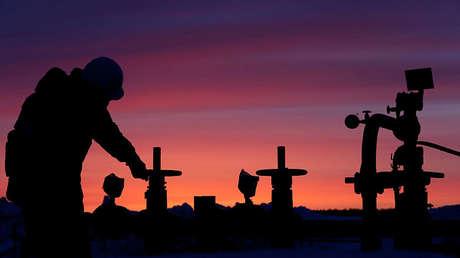 Un empleado ajusta una válvula de una tubería petrolera en Bashkortostán, Rusia, el 28 de enero de 2015.
