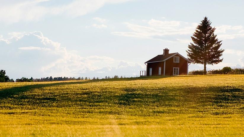 FOTOS: Un canadiense encuentra una casa 'estacionada' en medio de su campo