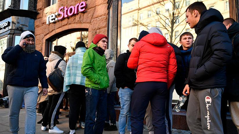 Largas colas, bus para la noche, mucho frío: Así esperan los fans para comprar un iPhone X en Moscú