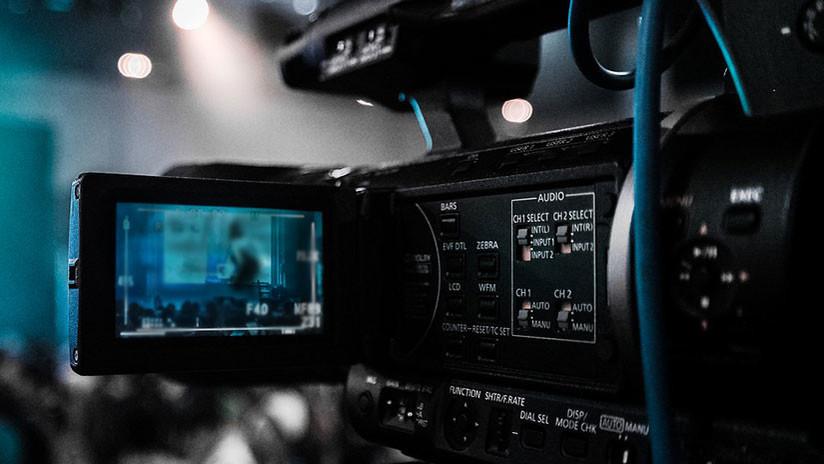 """VIDEO: La nerviosa reacción de una presentadora de TV al sentir una """"araña"""" bajo su vestido"""