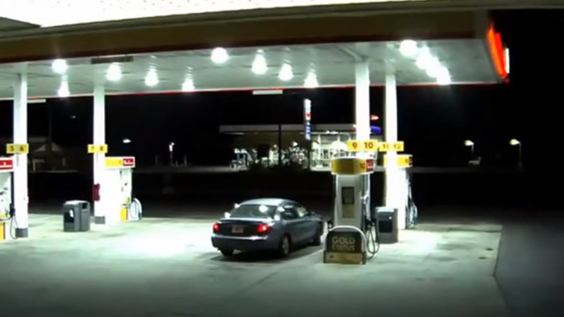 VIDEO: Una mujer escapa del maletero del auto de su secuestrador (MOMENTO EXACTO)