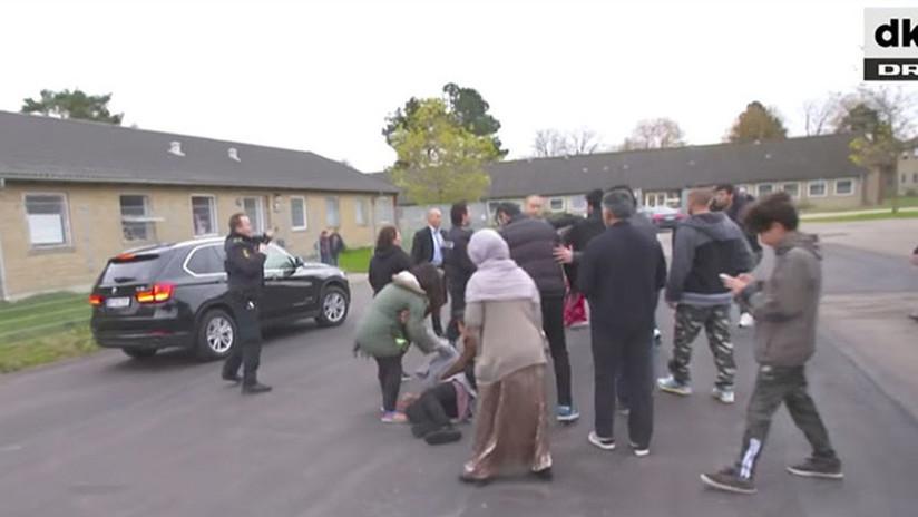 VIDEO: Una ministra danesa casi embiste a migrantes al huir de un centro de deportación