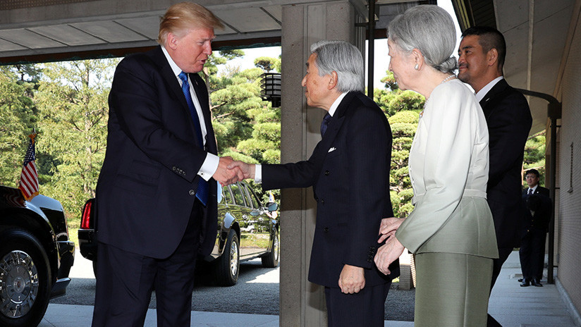 Rompiendo la tradición: Trump no se inclinó ante el emperador de Japón