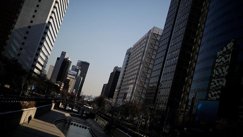 Surcoreana salta desde el 13º piso y mata a un transeúnte