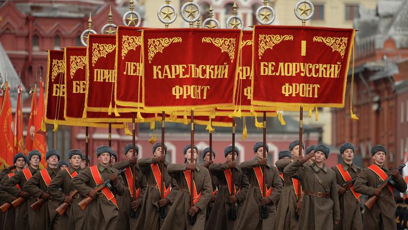 Reconstrucción histórica: un monumental desfile militar marcha por la Plaza Roja (VIDEO)