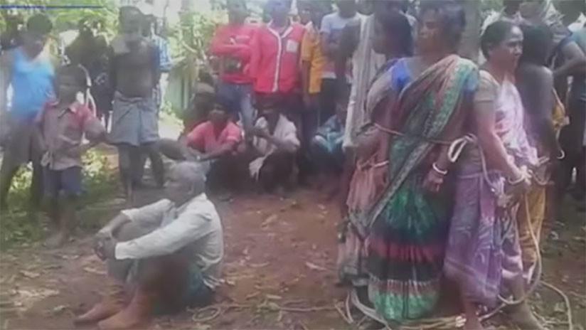 Video turbador: mujeres acusadas de brujería son atadas a un árbol y golpeadas en la India
