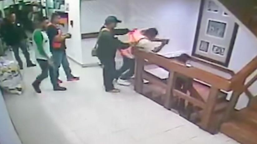 VIDEO: Un delincuente se creía Batman e intentó escapar lanzándose por un foso, pero terminó así