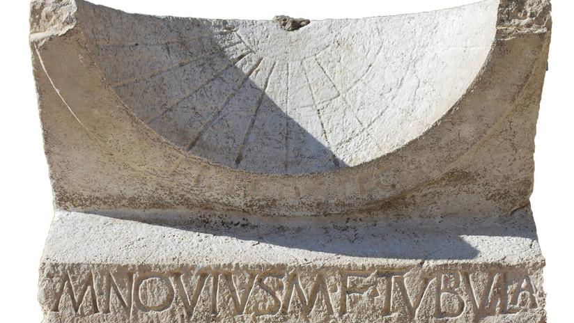 """""""Es realmente especial"""": Tras 2.000 años escondido sale a la luz un reloj solar romano"""