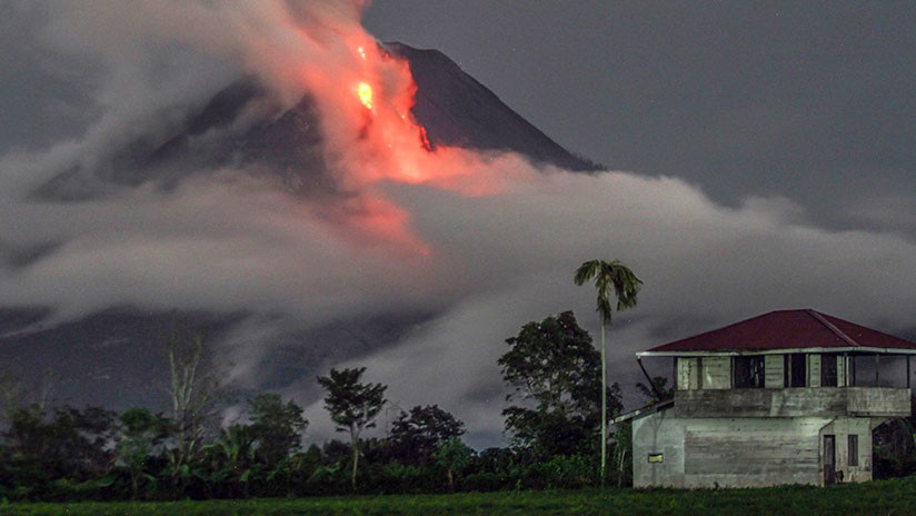 Se registra una fuerte erupción en un volcán de Indonesia