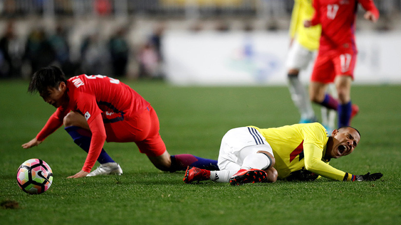 El futbolista colombiano Edwin Cardona hace un gesto racista a los jugadores surcoreanos (VIDEO)