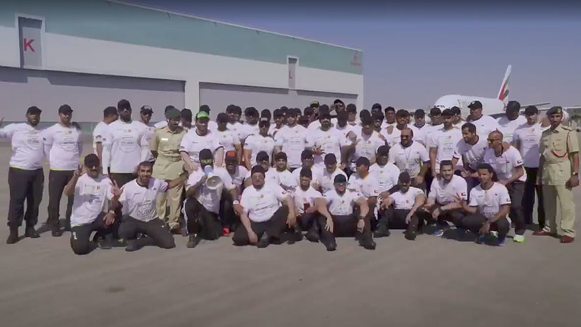 VIDEO: Policías de Dubái arrastran un avión de 300 toneladas y baten un récord Guinness