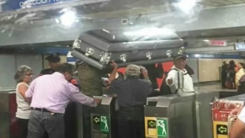 Insólito: Un ataúd 'viaja' por el metro de la Ciudad de México