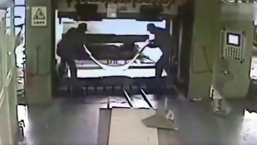FUERTE VIDEO: Un operario mata a su compañero con una prensa hidráulica