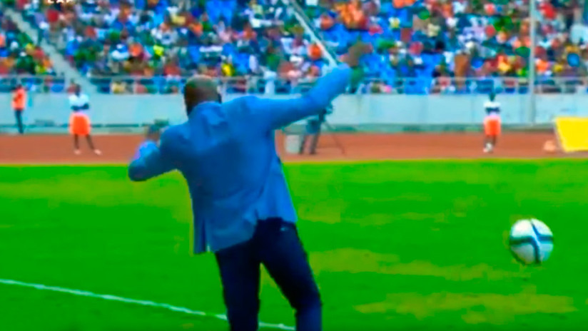 Espectacular caída del seleccionador de Zambia al intentar dominar la pelota (VIDEO)