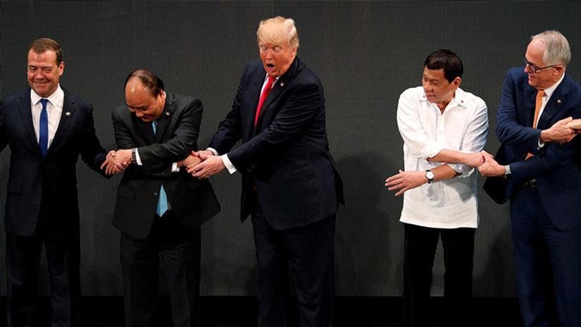 VIDEO: Trump protagoniza un nuevo desaguisado al no saber cómo dar la mano 'al estilo ASEAN'
