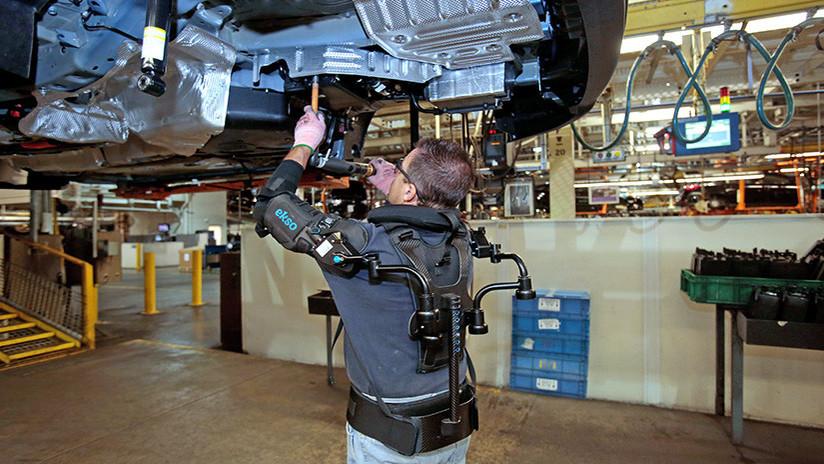 VIDEO: Así funciona el exoesqueleto utilizado por los empleados de Ford en la línea de ensamble