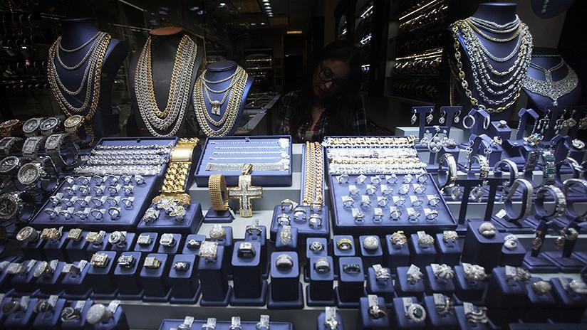 VIDEO: Intentan robar en una joyería, pero aquella no era una tienda cualquiera